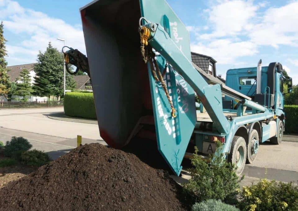 Auslieferung von Mutterboden durch die KS Baustoffe
